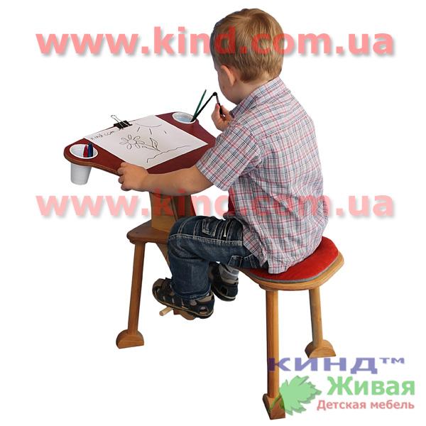 Деревянные столики в детскую комнату